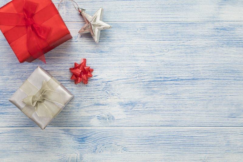 Cadre de Noël avec boîtes cadeaux rouges et argentés, décoration en ruban et en étoile, grand espace photographique images libres de droits