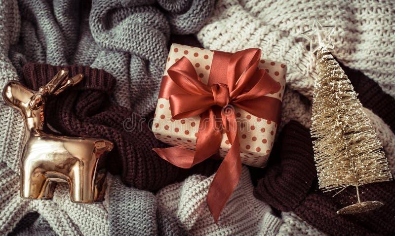 Cadre de Noël avec des chandails douillets et une décoration festive photo stock