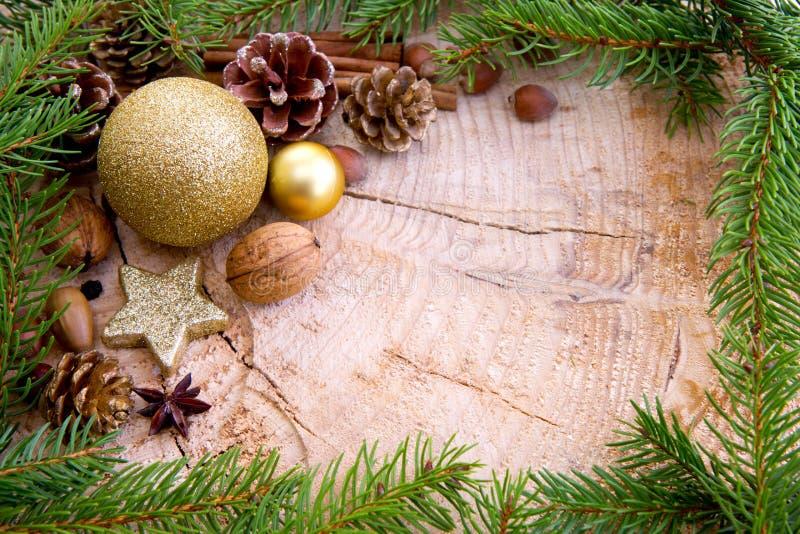 Cadre de Noël décoré des branches d'or de babiole et de sapin photographie stock libre de droits