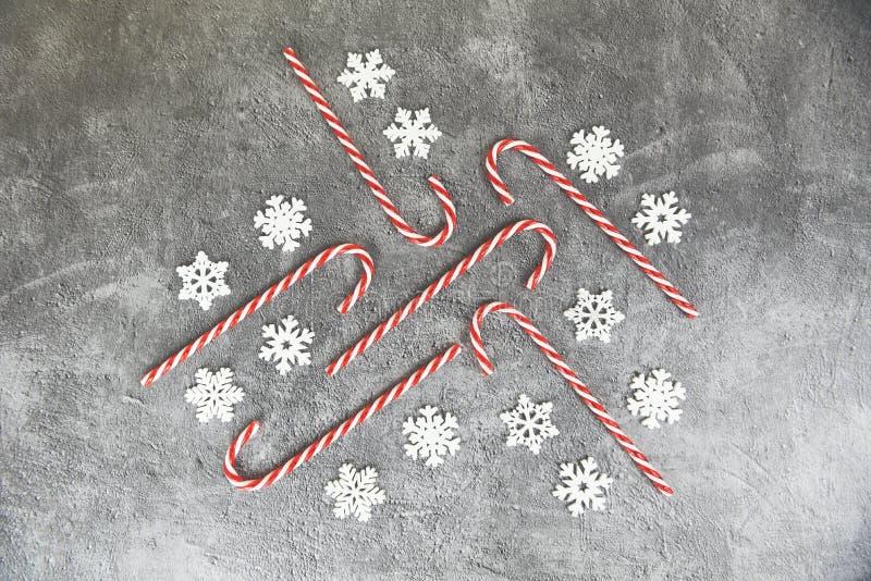 Cadre de Noël / Décoration de Noël avec la neige et la canne à papa festif xmas hiver et le concept de Joyeux Nouvel An objet vac photos stock