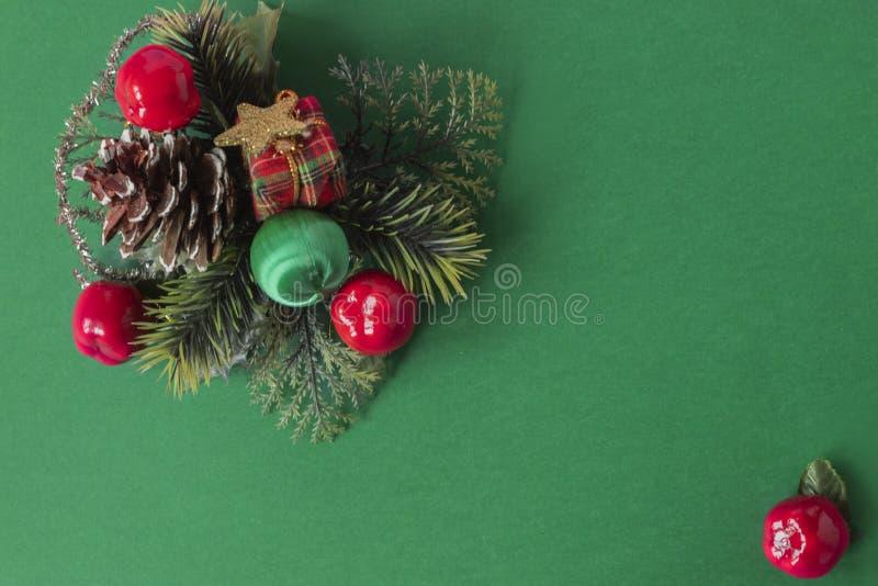 Cadre de Noël vert , boîte cadeau et baubl photo libre de droits