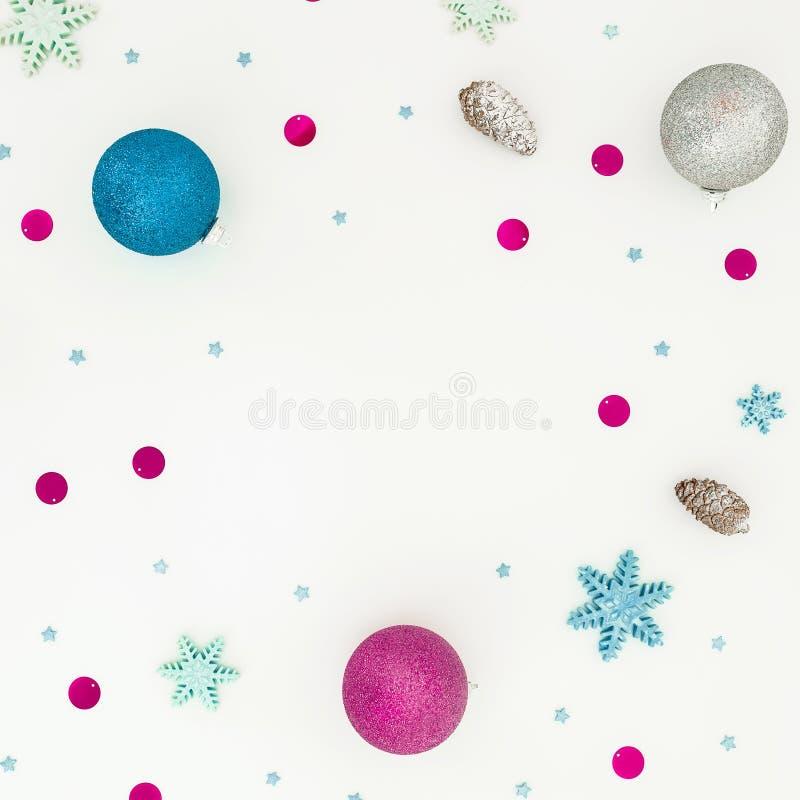 Cadre de nouvelle année avec des boules de Noël et confettis roses sur le fond blanc Configuration plate, vue supérieure photo stock