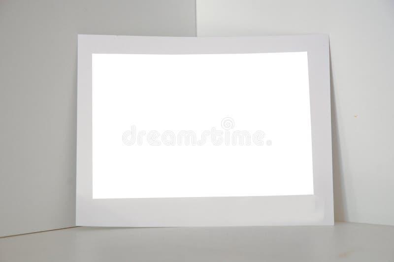 Cadre de papier de photo se tenant sur le coin blanc de bâtiment photos stock