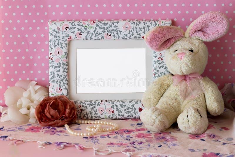 Cadre de photo avec le lapin de nounours photos stock