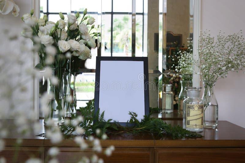 Cadre de photo et vases noirs de la fleur blanche image stock