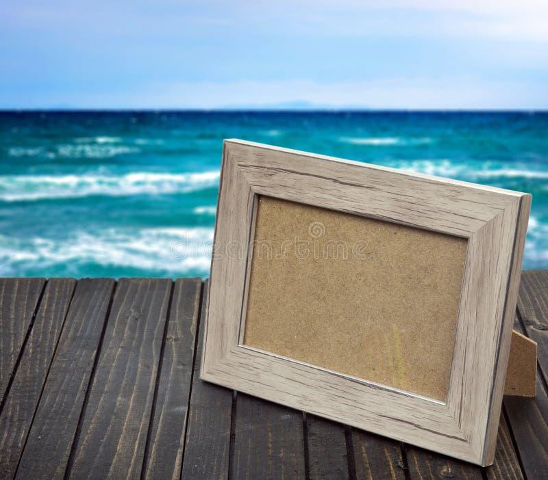 Download Cadre De Photo Sur La Table En Bois Photo stock - Image du plage, trouble: 76087602