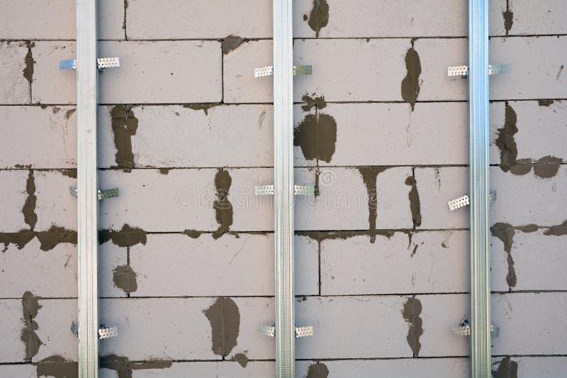 Cadre de plan rapproché pour la plaque de plâtre Le mur de gypse en construction est basé sur le mur du bloc de gaz photo stock