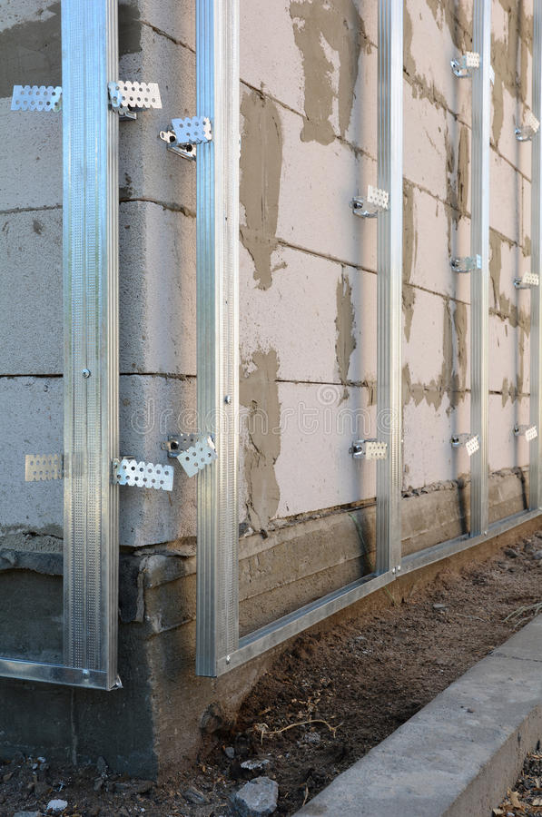 Cadre de plan rapproché pour la plaque de plâtre Le mur de gypse en construction est basé sur le mur du bloc de gaz photos stock