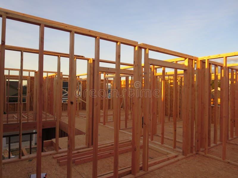 Cadre de salles de deuxième étage d'une maison en bois en construction images libres de droits