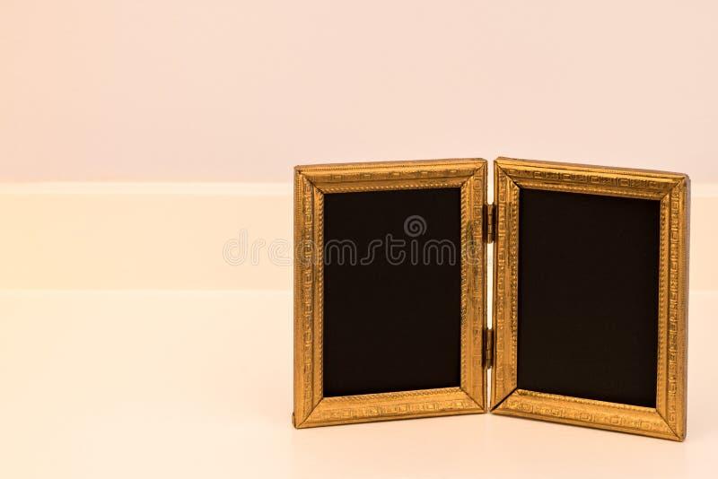 Cadre de tableau antique de double or sur l'étagère blanche cassée photo libre de droits
