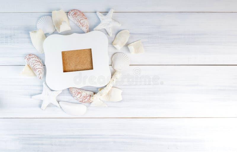 Cadre de tableau blanc de vintage sur le groupe d'acces de nautilus de plage de mer image libre de droits