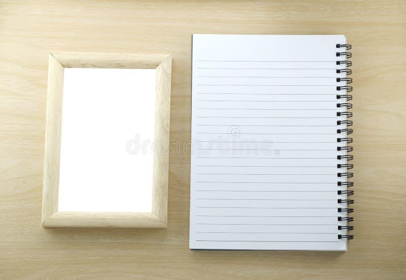 Cadre de tableau de livre de papier et en bois de note dans vide sur le backgr en bois photo stock