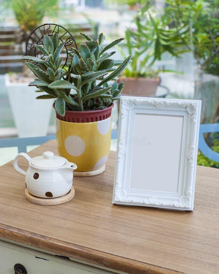 Cadre de tableau sur la table photos stock