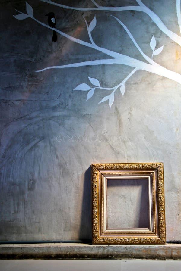 cadre de vintage d 39 or sur le mur de ciment photo stock image du ornement peinture 35965276. Black Bedroom Furniture Sets. Home Design Ideas