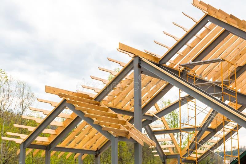 Cadre en acier avec la construction de faisceaux en bois photographie stock