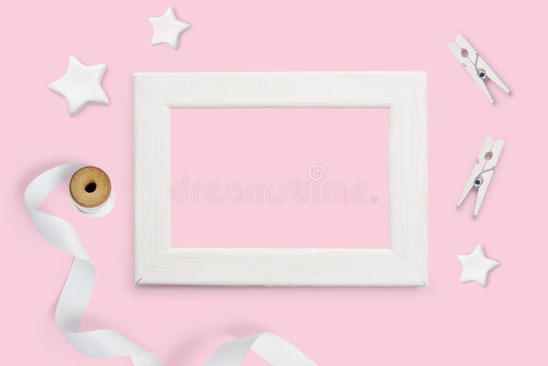 Cadre en bois blanc de fond décoratif de maquette et vue supérieure et endroit d'étoiles blanches pour le texte sur un fond de pa photo stock