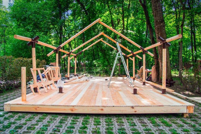 Cadre en bois d'un nouveau pavillon d'achats en construction au marché d'agriculteurs Nouvelle construction sur le fond de la for photos stock