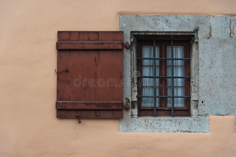 Cadre en bois de fenêtre rustique sur le vieux mur en Europe photos libres de droits