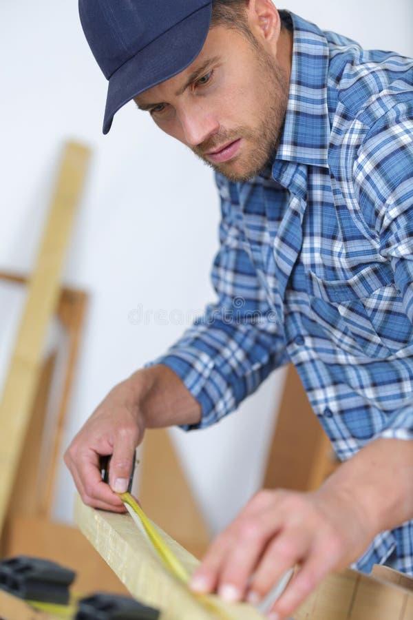 Cadre en bois de mesure de charpentier d'artisan photo stock