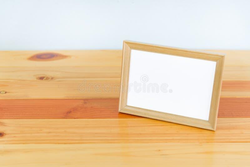 Cadre en bois vide de photo sur la table en bois avec l'espace de copie, photo image stock