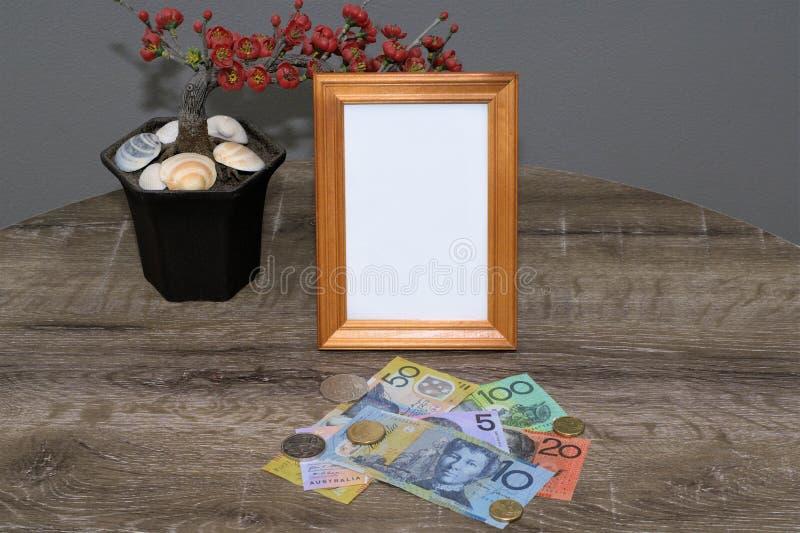 Cadre et argent vides photographie stock libre de droits