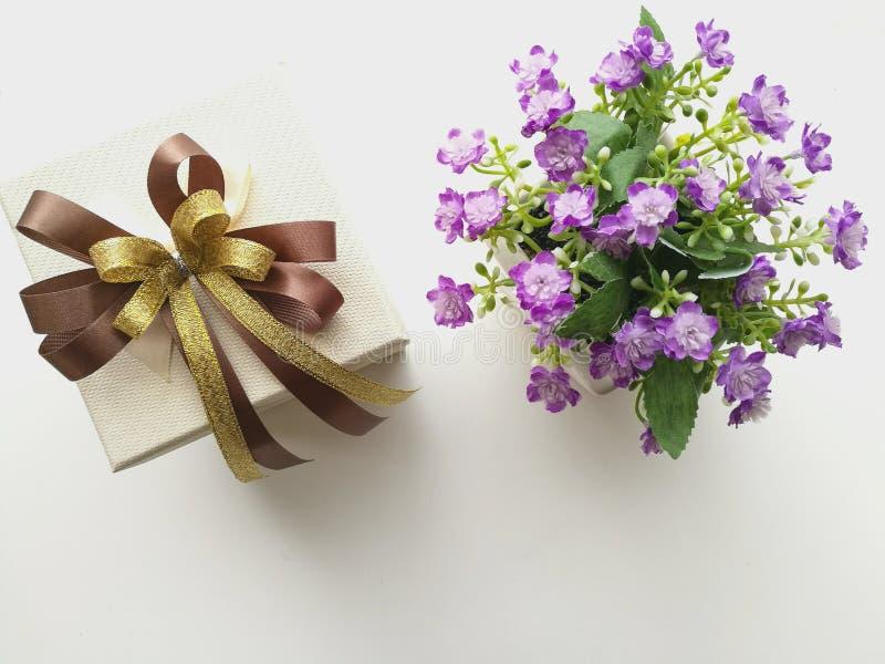 Cadre et fleurs de cadeau photo stock