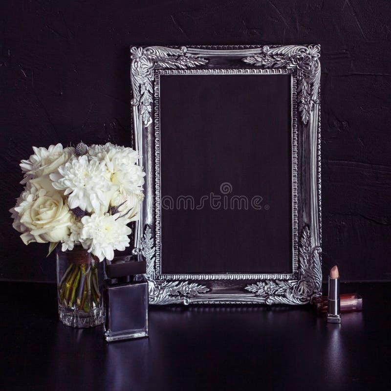 Cadre et fleurs de photo de vintage sur un fond texturisé noir Endroit pour votre texte photos libres de droits
