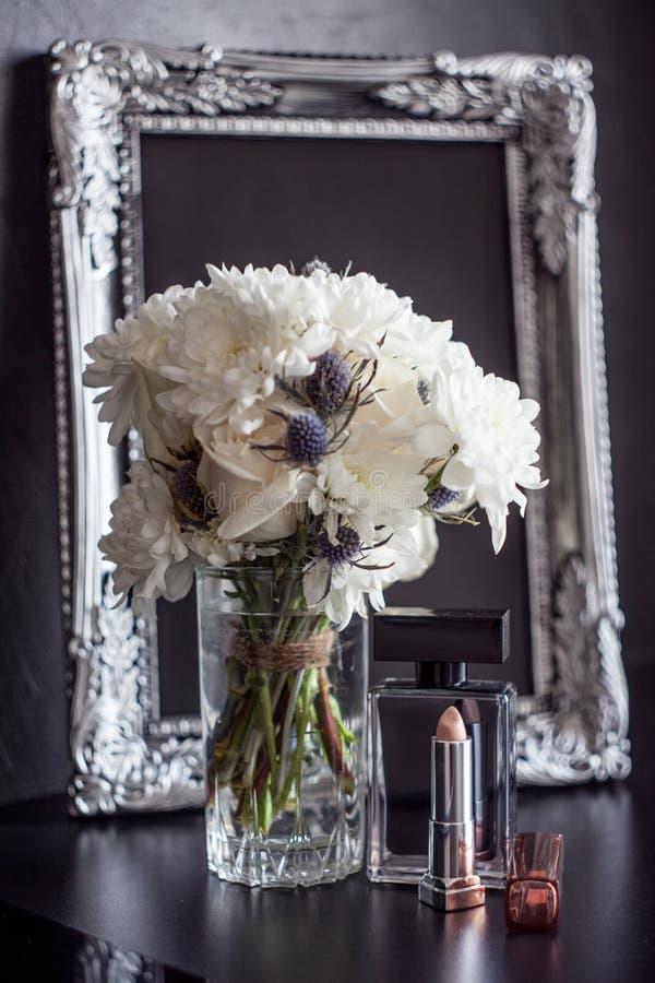 Cadre et fleurs de photo de vintage sur un fond texturisé noir Endroit pour votre texte photo libre de droits