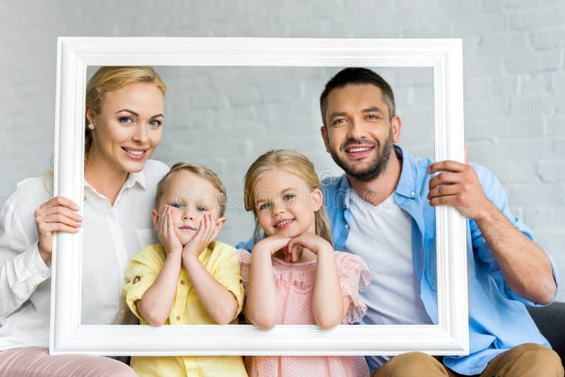 cadre et sourire heureux de participation de famille photographie stock