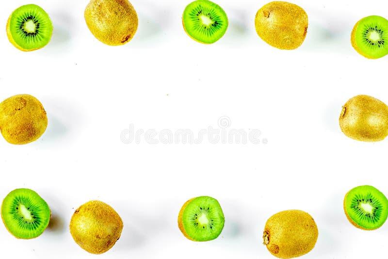 Cadre exotique de fruit avec le kiwi découpé en tranches sur le fond blanc de table à photos libres de droits