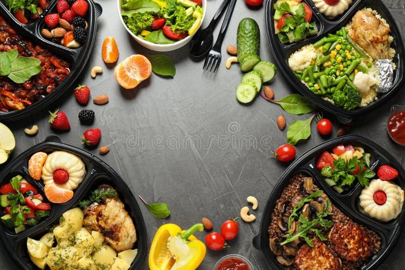 Cadre fait de boîtes à repas sur table grise, vue supérieure photographie stock