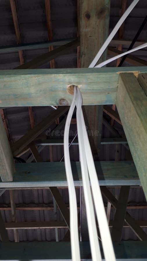 Cadre interne de mur et de toit de bois de construction de brique de construction australienne moderne de placage avec le câblage images stock