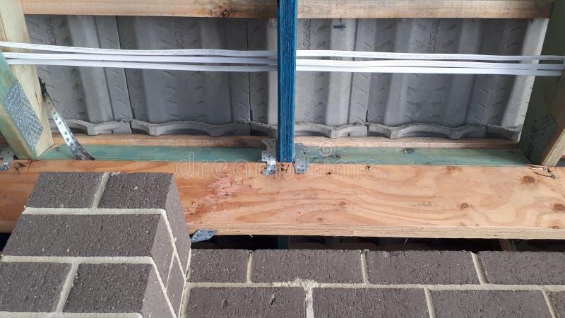 Cadre interne de mur et de toit de bois de construction de brique de construction australienne moderne de placage avec le câblage image stock