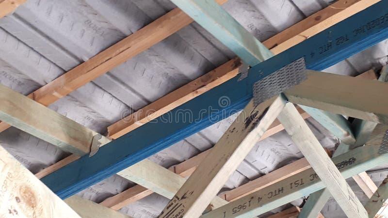 Cadre interne de mur et de toit de bois de construction de brique de construction australienne moderne de placage photo stock