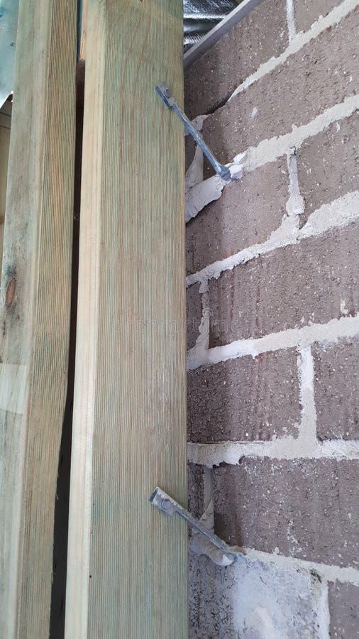 Cadre interne de mur et de toit de bois de construction de brique de construction australienne moderne de placage image stock