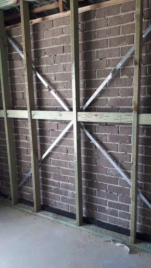 Cadre interne de mur et de toit de bois de construction de brique de construction australienne moderne de placage photographie stock