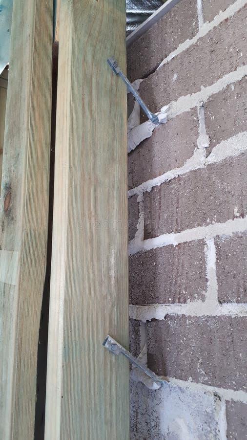 Cadre interne de mur et de toit de bois de construction de brique de construction australienne moderne de placage photos libres de droits