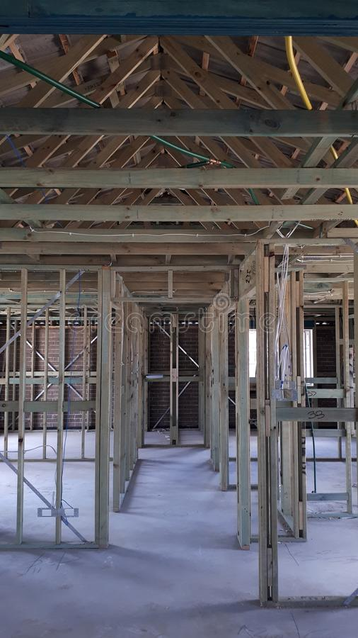 Cadre interne de mur et de toit de bois de construction de brique de construction australienne moderne de placage photographie stock libre de droits