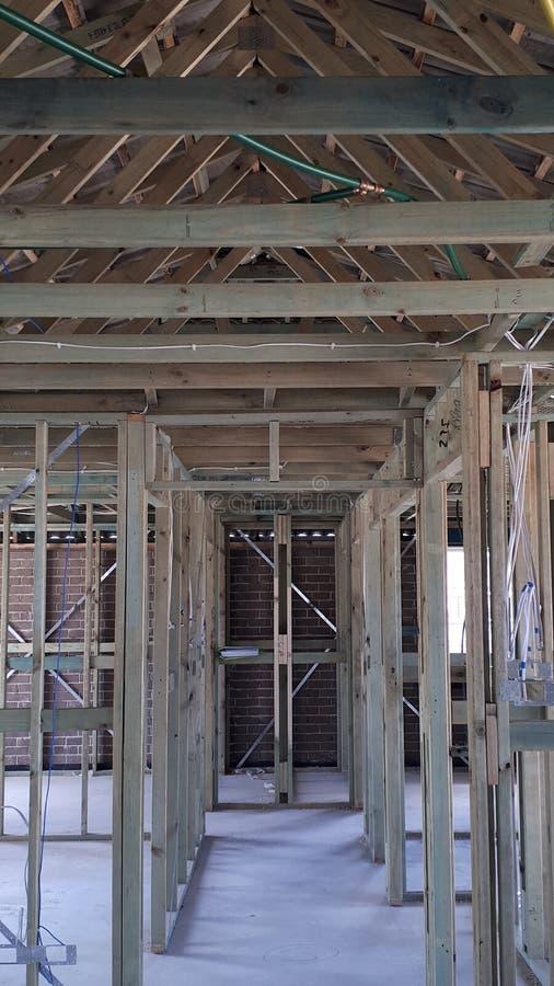 Cadre interne de mur et de toit de bois de construction de brique de construction australienne moderne de placage image libre de droits