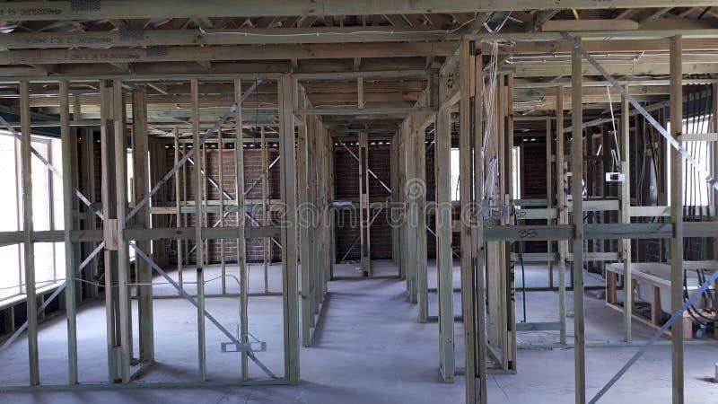 Cadre interne de mur et de toit de bois de construction de brique de construction australienne moderne de placage photo libre de droits