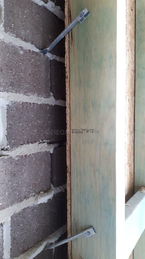 Cadre interne de mur et de toit de bois de construction de brique de construction australienne moderne de placage images stock