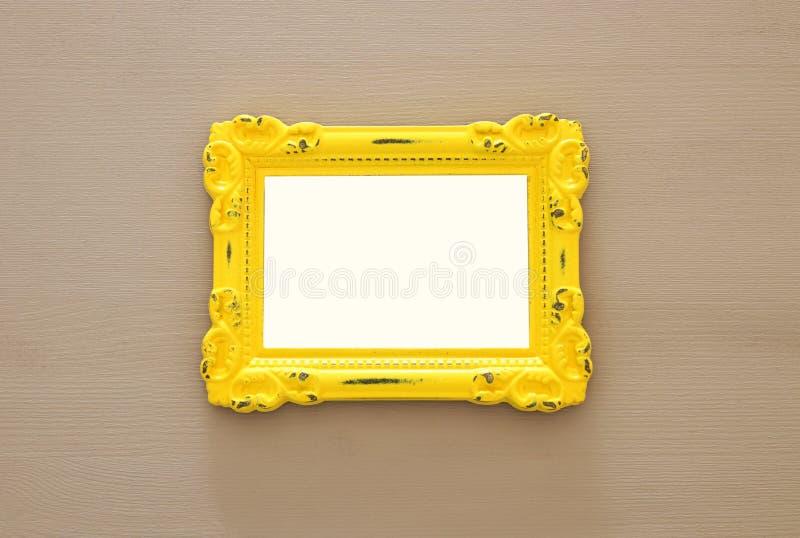 Cadre jaune vide de photo de vintage au-dessus de fond gris Préparez pour le montage de photographie images libres de droits