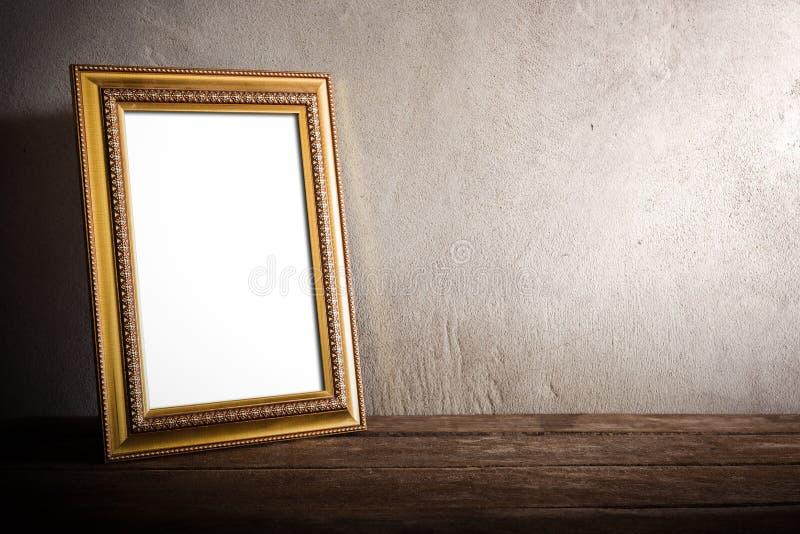 Cadre luxueux de photo sur la table en bois au-dessus du fond grunge photos libres de droits