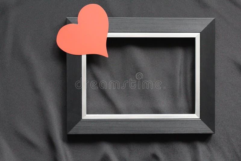 Cadre noir sur un fond noir, près du coeur catégoriquement photos stock