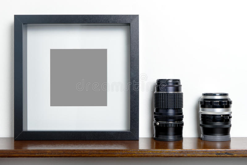 Cadre noir vide épais de photo sur l'objectif de caméra d'étagère photographie stock