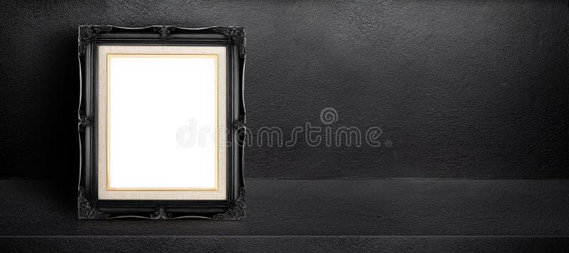 Cadre noir vide de vintage se penchant au fond intérieur noir de pièce de ciment, moquerie de bannière vers le haut de calibre po image stock