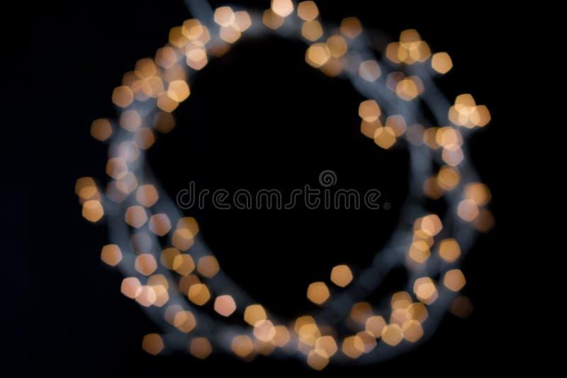 Cadre rond de guirlande lumineuse unfocused, l'espace libre pour votre conception au centre photos stock