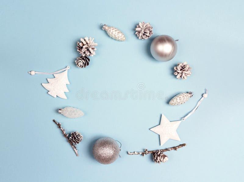 Cadre rond des décorations de Noël avec l'espace de copie sur le CCB bleu image libre de droits