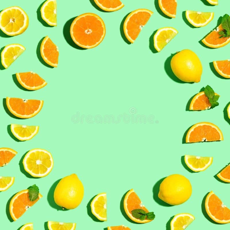 Cadre rond des oranges et des citrons photographie stock libre de droits