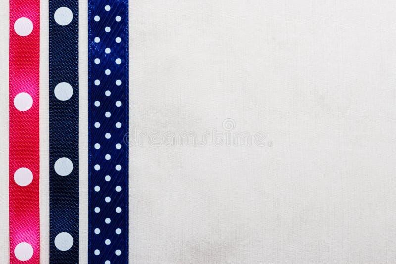 Cadre rose bleu pointillé de ruban sur le tissu blanc photographie stock libre de droits